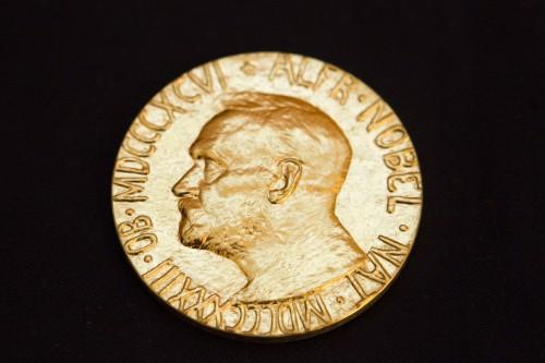 7774694730_la-medaille-du-prix-nobel-de-la-paix-avec-le-portrait-d-alfred-nobel.jpg