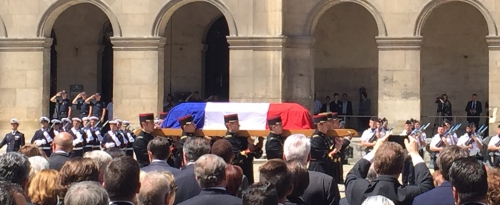 hommage à Rocard aux Invalides juillet 2016 cercueil.jpg
