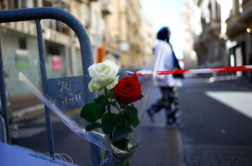 hommage-barriere-securite-Nice-matin-15-juillet_2_1400_926.jpg